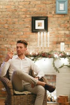 シャンパンを飲むクリスマスイブの男