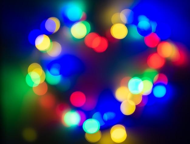 Рождественские сказочные огни расфокусированы, давая размытый эффект.
