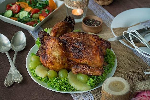 Рождественский семейный обеденный стол. запеченная курица. праздничный стол. сервировка стола. представляет . новый год. вид сверху.