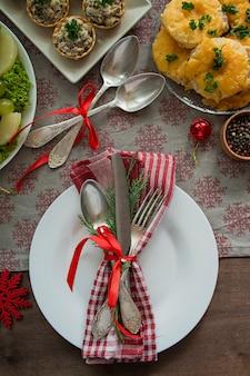크리스마스 가족 식탁. 축제 테이블. 테이블 세팅. 선물 . 새해. 위에서 볼 수 있습니다.