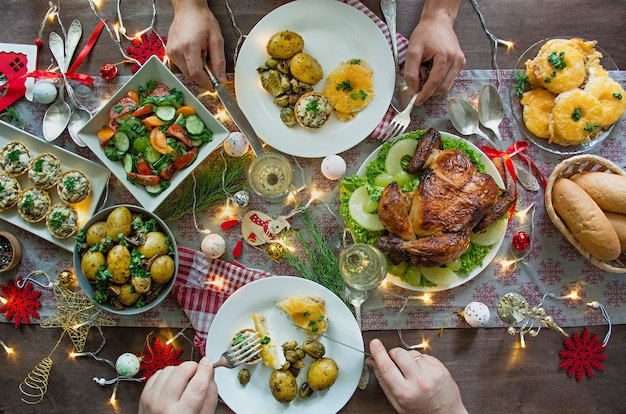 크리스마스 가족 식탁. 축제 테이블. 테이블 세팅. 선물 . 새해. 위에서 볼 수 있습니다. 프리미엄 사진