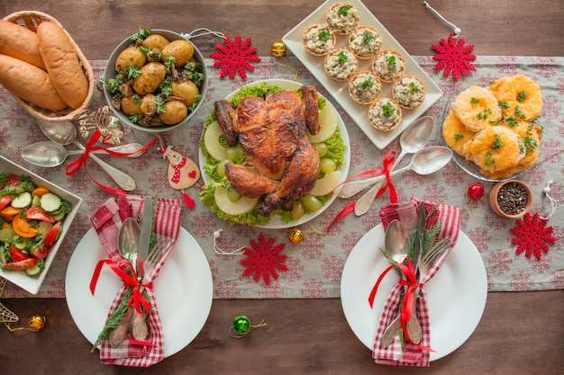 Рождественский семейный обеденный стол. вид сверху