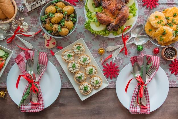 クリスマスの家族のダイニングテーブル。