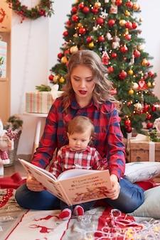 クリスマスの家族のママと息子。メリークリスマスと幸せな休日の肖像画。