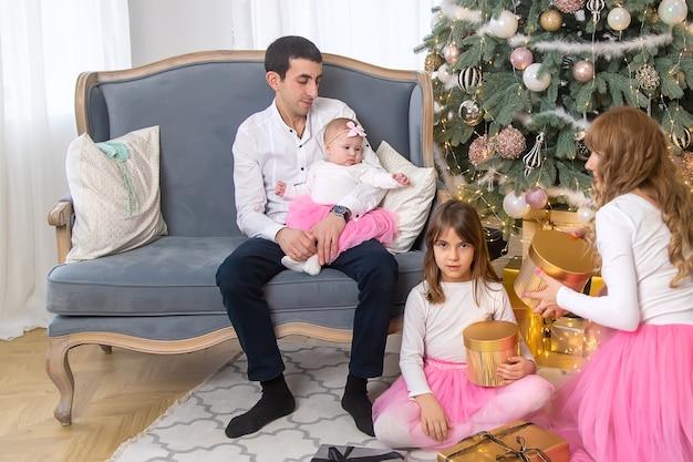 美しい背景のクリスマス家族。セレクティブフォーカス。ホリデー。