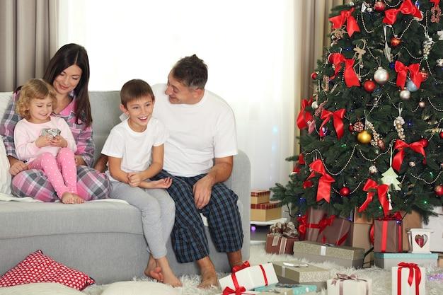 Рождественский семейный портрет в гостиной дома праздник, утром