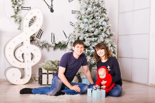 ホームホリデーリビングルーム、クリスマスツリーで飾る家のクリスマス家族の肖像画