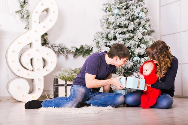 홈 휴일 거실에서 크리스마스 가족 초상화