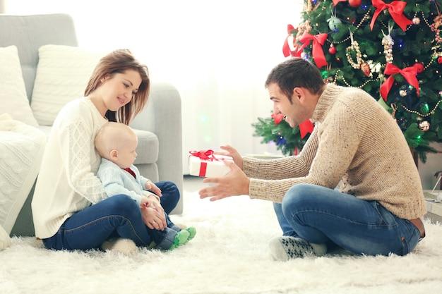 Рождественский семейный портрет в гостиной дома праздник