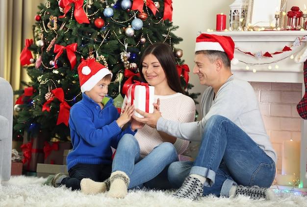 家の休日のリビングルームでのクリスマスの家族の肖像画