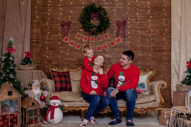 クリスマスツリーのインテリアライトのクリスマス家族の肖像画子供たちと新年あけましておめでとうございますfの概念