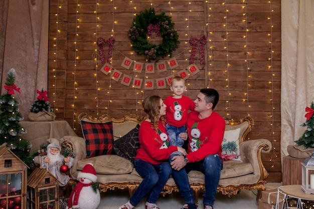 クリスマスツリーのインテリアライトのクリスマス家族の肖像画子供たちと新年あけましておめでとうございます