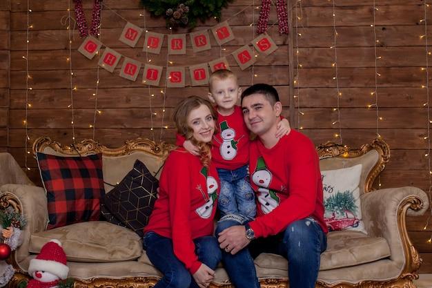 Рождественский семейный портрет в рождественской елке, огни интерьера с новым годом с детьми