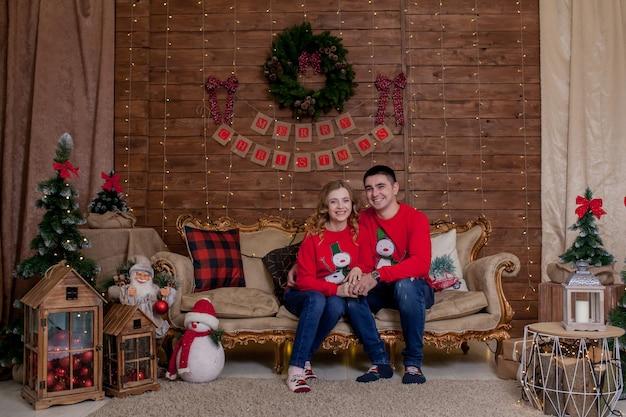 Рождественский семейный портрет в рождественской елке, внутренние огни с новым годом