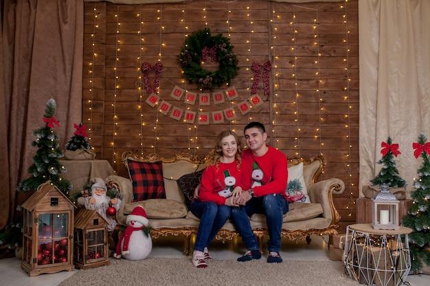 クリスマスツリーのインテリアライトのクリスマス家族の肖像画、明けましておめでとうございます。