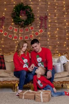 Рождественский семейный портрет в рождественской елке