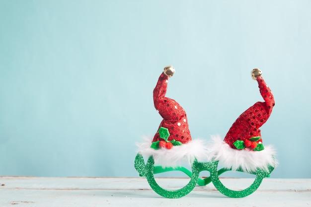 파스텔 컬러 배경에 크리스마스 패션 파티 액세서리