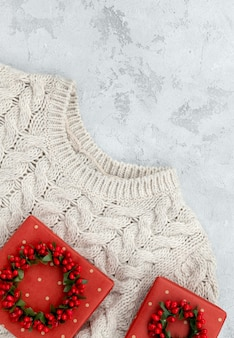 Шаблон макета продажи рождественской моды со свитером и подарками на конкретном фоне. вид сверху плоская копия пространства