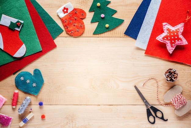 나무 배경에 크리스마스 펠트 장식 및 공예 용품