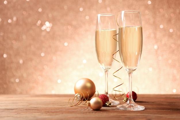 グラスにシャンパンとクリスマスのお祝いの背景