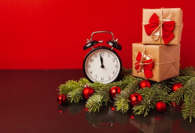 구과 맺는 나뭇 가지와 크리스마스 공, 복사 공간 크리스마스 축제 배경