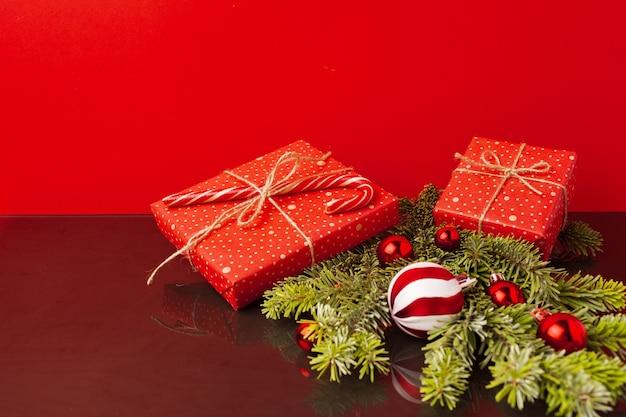 구과 맺는 나뭇 가지와 크리스마스 공 크리스마스 축제 배경