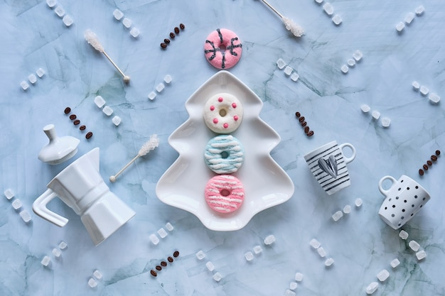 Рождественский праздничный фон с конфетами, кофейными чашками, зефиром, пончиками и кристаллами сахара.