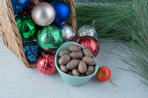 Рождественские праздничные шары с голубой тарелкой орехов. фото высокого качества