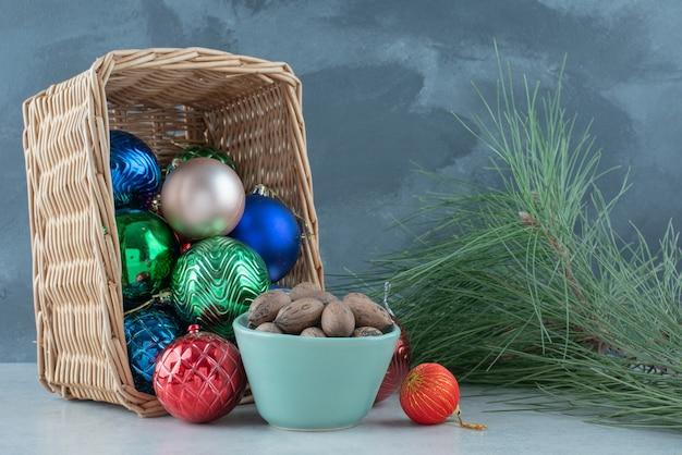견과류의 파란색 접시와 함께 크리스마스 축제 공. 고품질 사진