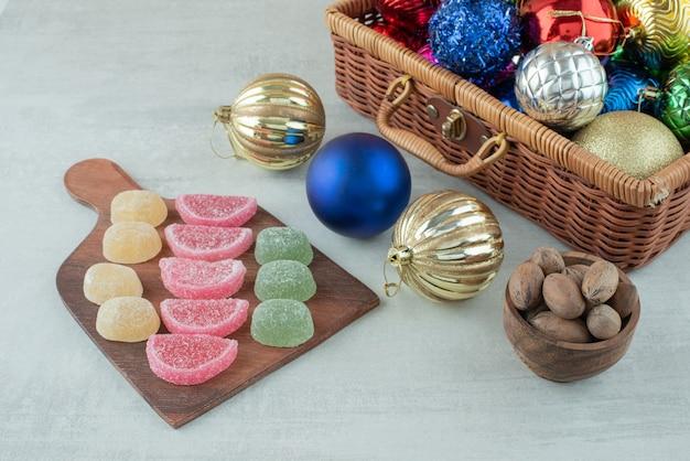마멀레이드와 말린 과일 흰색 바탕에 크리스마스 축제 공. 고품질 사진