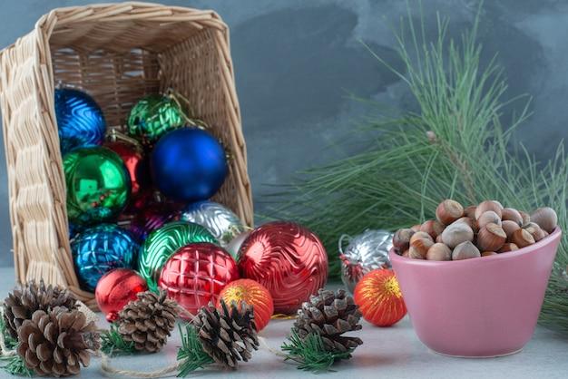 松ぼっくりとナッツのクリスマスのお祝いボール。高品質の写真