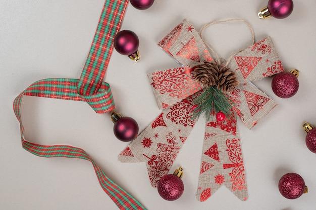 白い表面のクリスマスのお祝いの弓