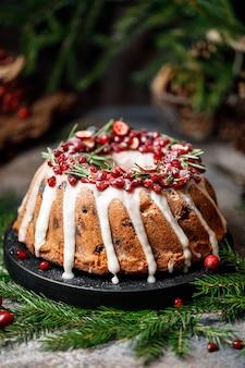 クランベリーとクリスマスの装飾が施されたクリスマスのお祝いケーキ。