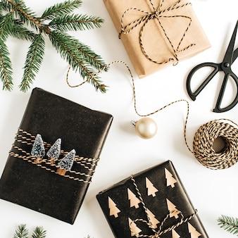 장식 된 선물 상자, 흰색 표면에 전나무 가지 크리스마스 축제 구성. 평면 위치, 평면도