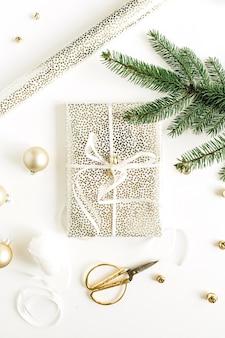 선물 상자, 전나무 가지와 흰색 표면에 황금 장식 크리스마스 축제 구성. 평면 위치, 평면도
