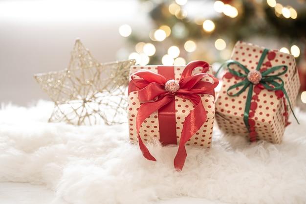 Рождественский праздничный состав с подарочными коробками на фоне боке крупным планом.