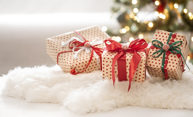 Рождественский праздничный состав с тремя подарочными коробками на фоне боке крупным планом.