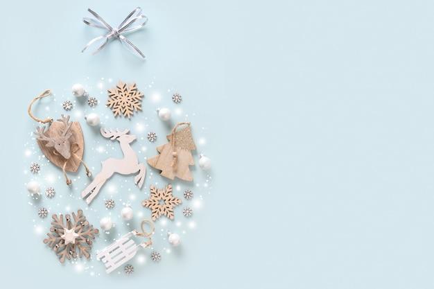 흰색 나무 장식, 사슴, 싸구려, 나무와 값싼 물건 장식 모양의 눈송이와 크리스마스 축제 구성