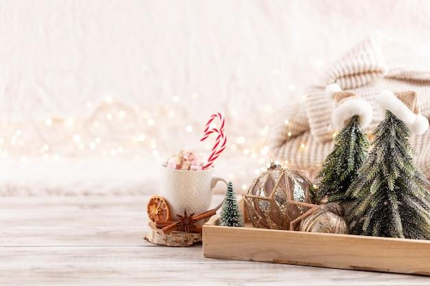 Рождественский праздничный уютный декор натюрморт на деревянных фоне, концепция домашнего уюта и праздника.
