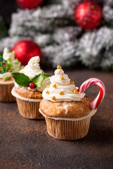 Рождественский праздничный кекс с разными украшениями