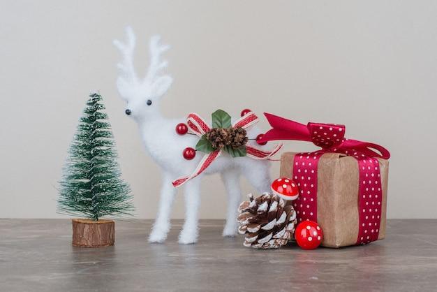 大理石の表面のクリスマスのお祝いの装飾。