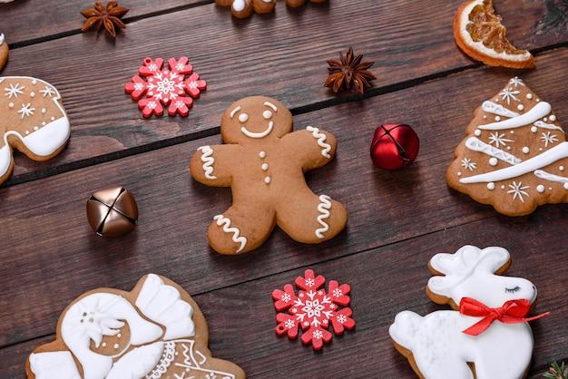 어두운 테이블에서 집에서 만든 크리스마스 축제 진저 브레드. 새해와 크리스마스를 위한 준비
