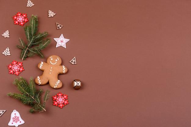 집에서 색 배경으로 만든 크리스마스 축제 진저브레드