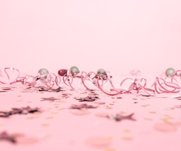 뱀과 축제 장난감 크리스마스 축제 분홍색 배경.