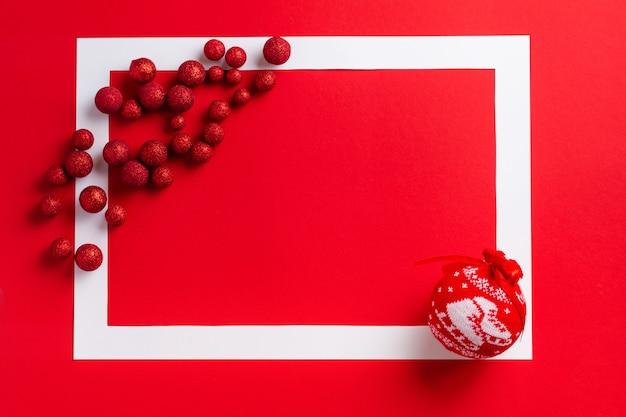 크리스마스 축제 테이블. 빨간색 테이블에 빨간색 크리스마스 장식과 흰색 프레임. 텍스트를 놓습니다. 평면도