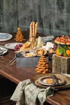 食べ物とクリスマスのお祝いテーブル