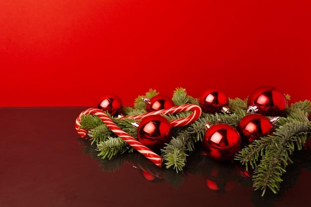 구과 맺는 가지와 크리스마스 공 축제 크리스마스