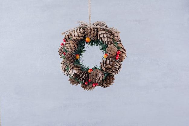 Рождественский праздничный венок с бранчем из дерева.