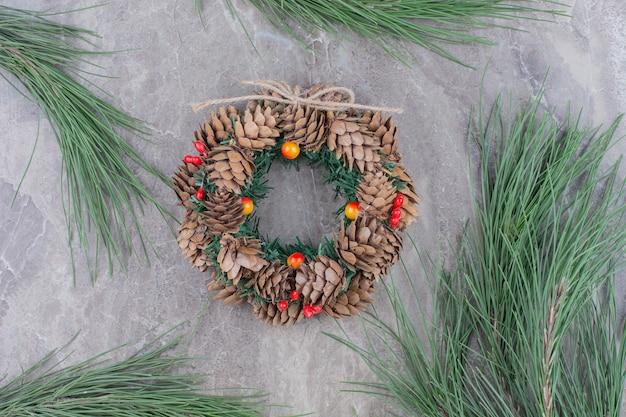木のブランチとクリスマスのお祝いの花輪。