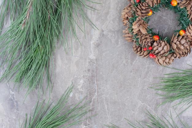 나무의 브런치와 함께 크리스마스 축제 화 환입니다.